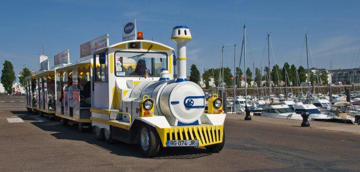 Маленький туристический поезд в Сабль-д'Олон (Франция)